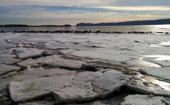 Ice flow along Hudson River shore